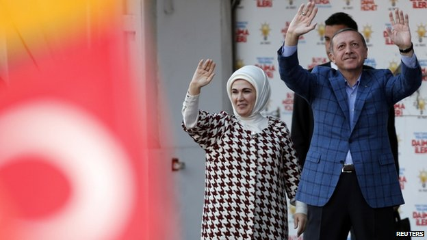"Turkey""s Prime Minister Tayyip Erdogan and his wife Emine greet their supporters at an election rally in Ankara (22 March 2014)"