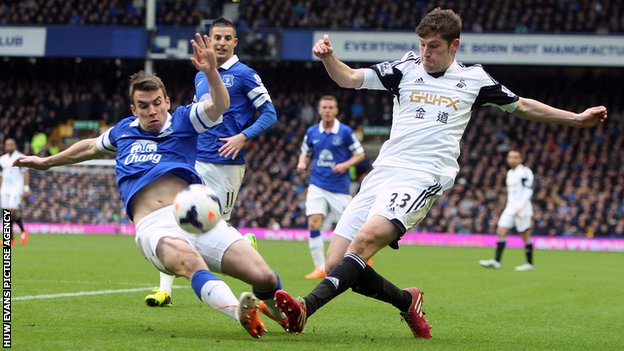 Ben Davies in action against Everton's Seamus Coleman