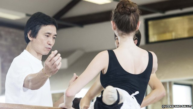 Li Cunxin gives directions to ballet dancers