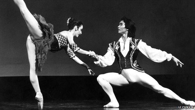 Li Cunxin performs with female dancer