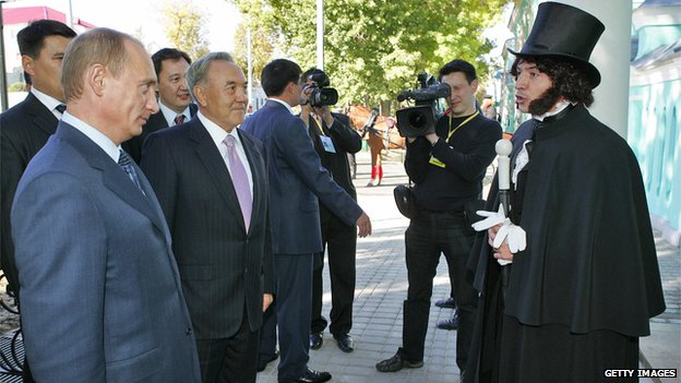 Actor dressed as Pushkin greets Russian President Vladimir Putin and Kazakh President Nursultan Nazarbayev on a visit to Uralsk (file photo 2006)
