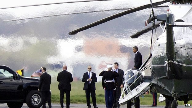 Barack Obama disembarks off the Marine One helicopter at Welvegem airport (26 March 2014)