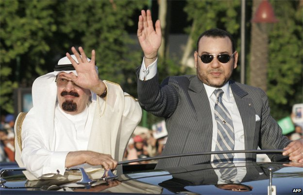 Saudi Arabia's King Abdullah bin Abdul Aziz (L) and King Mohammed VI of Morocco wave to well-wishers as they drive through the streets of Fes, 17 May 2007