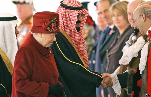 Queen Elizabeth II (L) and King Abdullah of Saudi Arabia are greeted by officials at a ceremonial welcome in Horse Guards in London, 30 October 2007