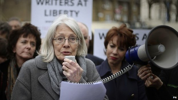 Vanessa Redgrave speaking at a Pentonville prison protest