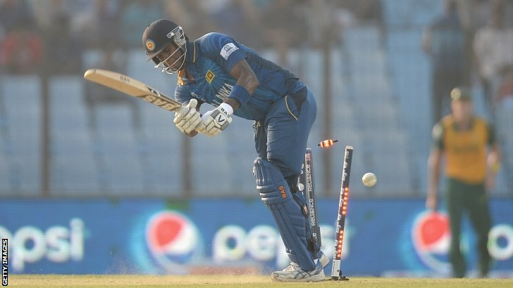 Dale Steyn bowls Angelo Mathews