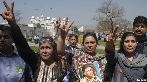 Supporters of former Pakistani President Pervez Musharraf gesture outside the Special Court formed to try him for treason in Islamabad (31 March 2014)