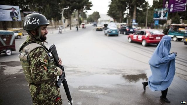Afghan security personnel in Kabul (31 March 2014)