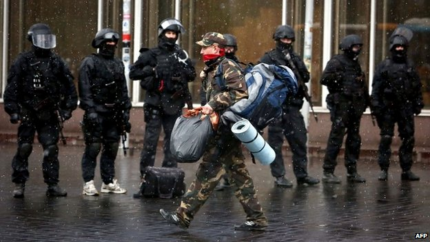 Right Sector activists carry their belongings as they leave their former HQ in Dnipro hotel in Kiev - 1 April 2014