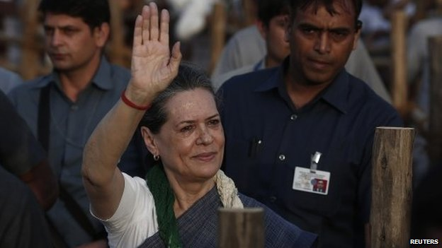 Sonia Gandhi waves at party supporters during a rally in Delhi March 30, 2014.
