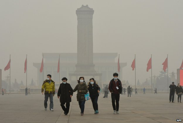 Chinese tourists wear facemasks on visit to Tiananmen Square (file photo Feb 2014)