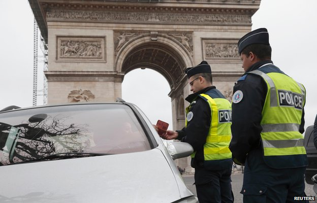 Paris police stop cars with even-numbered plates near the Arc de Triomphe (17 March)
