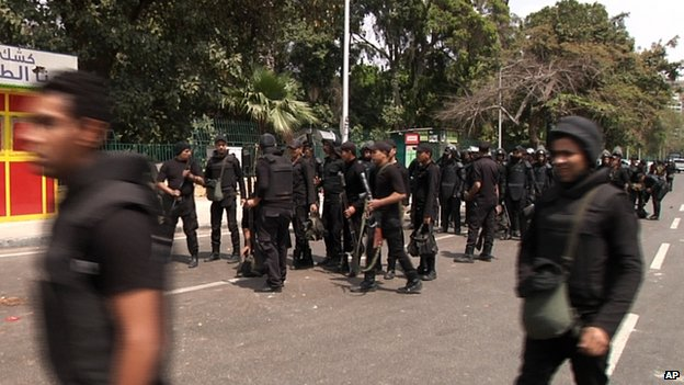 Security forces outside Cairo university (2 April 2014)