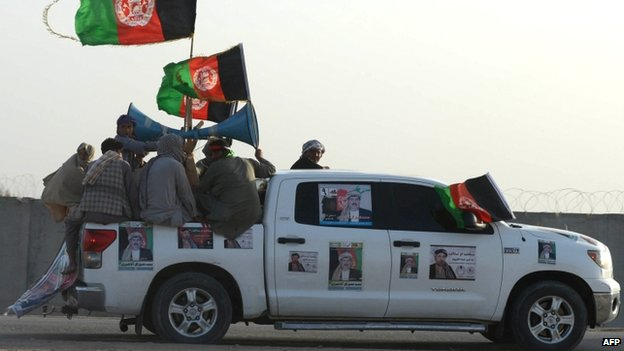 Supporters of presidential candidate Shafiq Gul Agha Sherzai take part during an election campaign rally in Kandahar (2 April 2014)