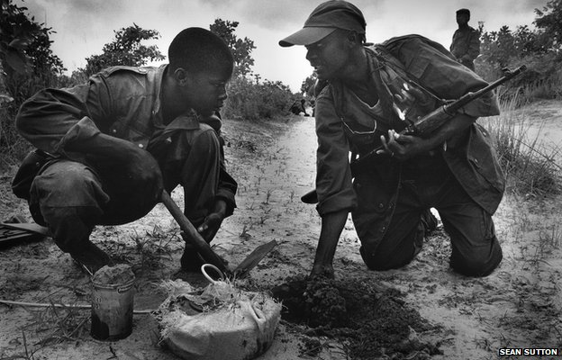 Government troops laying anti-tank mines, Angola, 2001