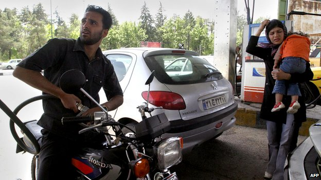 Motorcyclist filling up at a Tehran petrol station (archive)