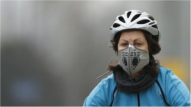 Cyclist wearing an air pollution mask