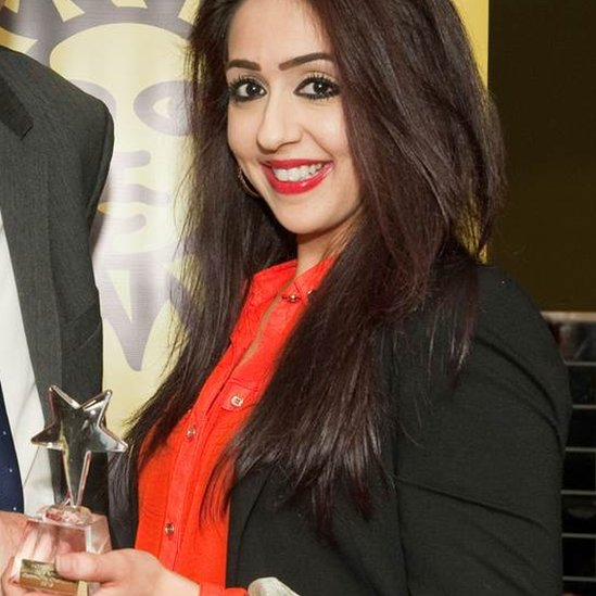 Sajda Mughal receiving an award