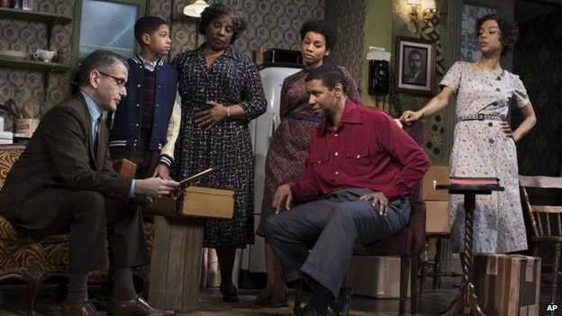 (l-r): David Cromer, Bryce Clyde Jenkins, LaTanya Richardson Jackson, Anika Noni Rose, Denzel Washington and Sophie Okonedo  in A Raisin in the Sun,