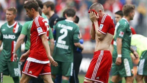 Bayern Munich's Bastian Schweinsteiger and Thomas Muller leave the pitch after their German  Bundesliga match in Augsburg