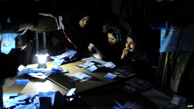 Election workers counting votes in Herat (5 April)
