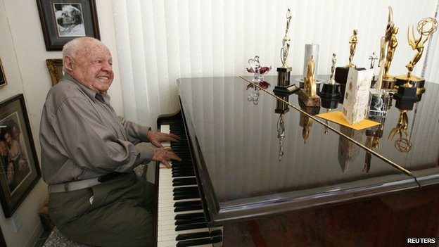 Mickey Rooney playing the piano in 2007