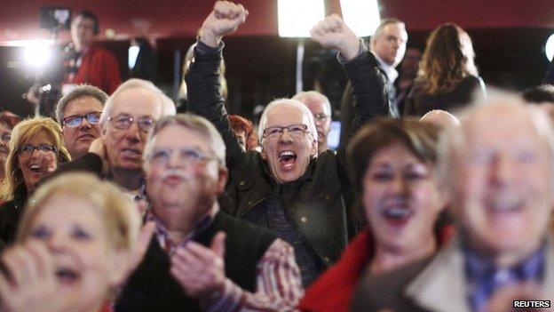 Le persone applaudono a elezioni provinciali sede raduno del Quebec leader liberale Philippe Couillard a St. Felicien, Quebec, 7 APRILE 2014