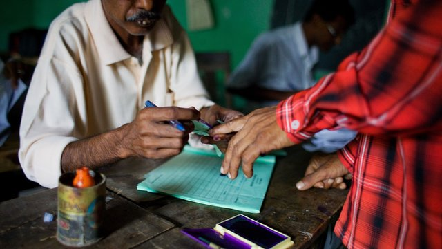 Man registers his vote in India
