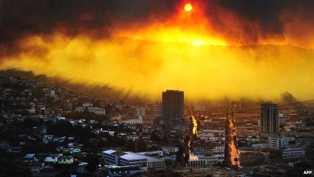 Fire rages in Valparaiso, Chile - 12 April 2014