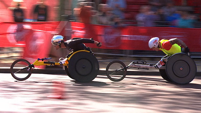 Marcel Hug beats David Weir in the men's wheelchair elite race at the 2014 London Marathon