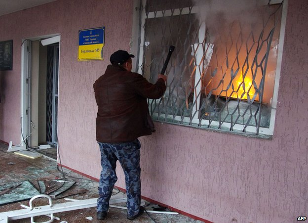 Attack on police building in Horlivka, 14 Apr 14