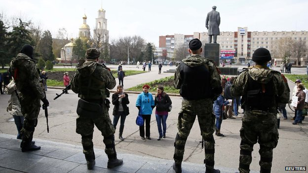 Armed men stand guard in Sloviansk (14 April 2014)