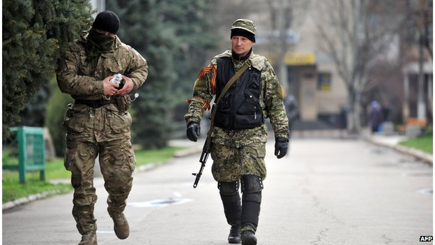 Two armed men walking in Sloviansk (14 April 2014)