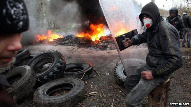 Pro-Russian protesters burn tires as they prepare for battle with the Berkut (Ukrainian special police forces) on the outskirts of the eastern Ukrainian city of Slavyansk on April 13, 2014