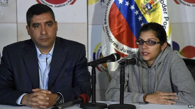 Journalist Nairobi Pinto (R) speaks during a press conference in Caracas on April 14, 2014.