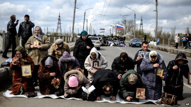 Women pray for peace near a regional administration building that was seized by armed pro-Russian activists in the eastern Ukrainian town of Slovyansk,