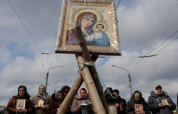 Women pray for peace near the Ukrainian regional administration building that was seized by pro-Russian activists in the eastern Ukrainian town of Sloviansk, Ukraine, Monday 14 April 2014