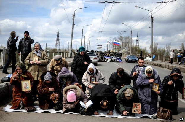 Women pray for peace in Sloviansk, Donetsk, 14 April