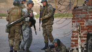 Ukrainian troops set up position at airport in Kramatorsk, eastern Ukraine. 15 April 2014