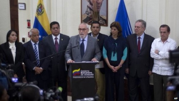 Ramon Guillermo Aveledo (centre) speaks to the media after a closed door meeting between the government and opposition representatives in Caracas on 15 April, 2014