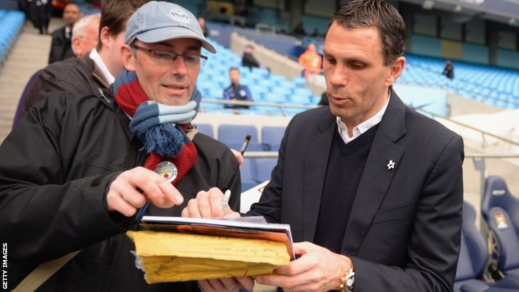 Gus Poyet signing an autograph for fan ahead of Manchester City v Sunderland