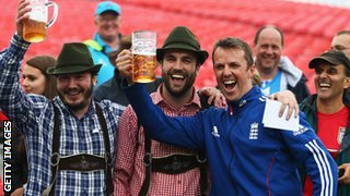 Graeme Swann with England fans