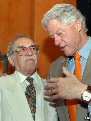 Former US President Bill Clinton (R) speaks with Gabriel Garcia Marquez  in Cartagena, Colombia, on March 26, 2007.