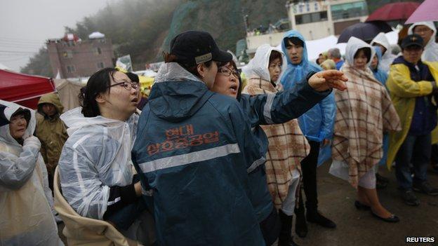 Член семьи пропавшего пассажира с южнокорейской паромного