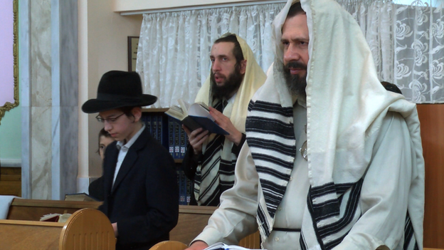 Jewish men praying in Donetsk synagogue (18 April)