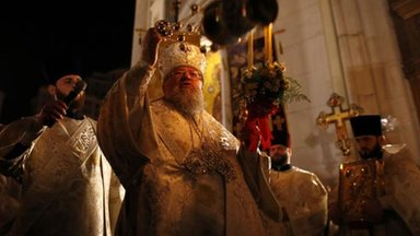 A Ukrainian Orthodox priest conducts a holy liturgy during an Orthodox Easter service in Donetsk, 20 April