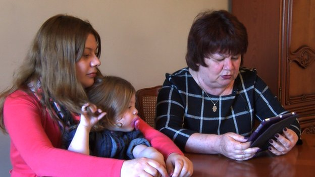 Asya Kreimer (R) with daughter and granddaughter, Donetsk (18 April)