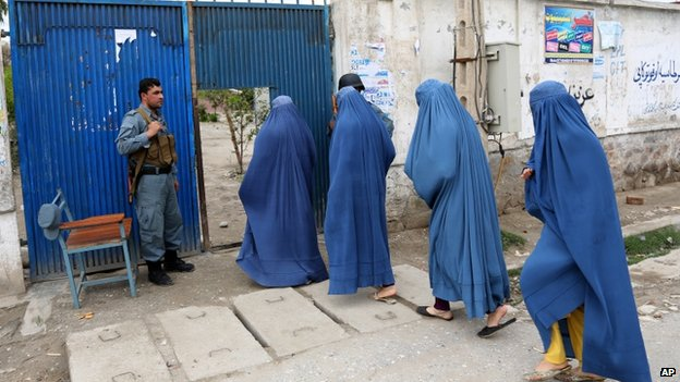 Afghan women enter a polling station to vote in Jalalabad, east of Kabul, Afghanistan, 5 April 2014