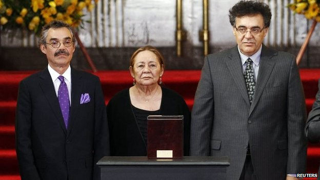 The family of Gabriel Garcia Marquez, (L-R) son Gonzalo Garcia, wife Marcedes Barcha, and son Rodrigo Garcia, in front of the urn containing his ashes, April 21, 2014.