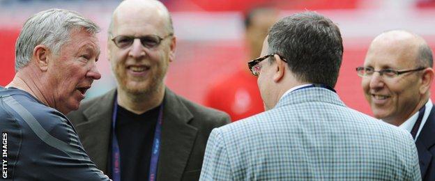 Ferguson talks with Avram, Bryan and Joel Glazer